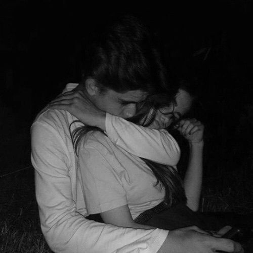 boy and girl kissing black and white № 200627